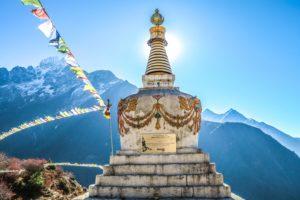 Sebastian Pena Lambarri - Stupa mit Gebetsfähnchen